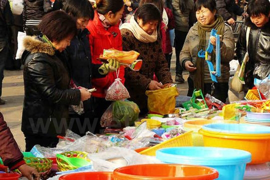 People were doing Spring Festival shopping several days before New Year in the market.