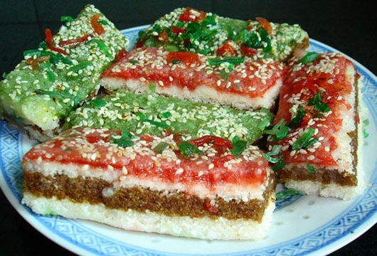 The Chongyang cake is also called Five-Color Cake, with nine layers shaped like a tower.